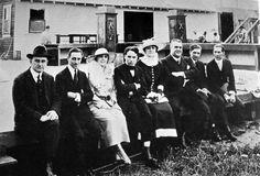 Members of the Mutual company ca. To Chaplin's right are Edna Purviance, Leo White & Alf Reeves. Eric Campbell is second on Chaplin's left. Charlie Chaplin, Golden Age Of Hollywood, Old Hollywood, Eric Campbell, Edna Purviance, Chaplin Film, Charles Spencer Chaplin, Picture Company, Silent Film