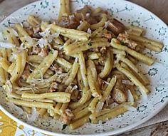 Pasta funghi e salsiccia primo veloce e saporito senza panna