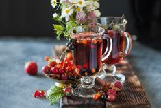 Recept na pečený čaj 5x jinak: Vyzkoušejte pečený čaj bez cukru nebo pečený čaj z jablek Christmas Articles, Brewing Tea, Eat Dessert First, Moscow Mule Mugs, Vodka, Food And Drink, Herbs, Vegan, Table Decorations