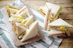 I tramezzini sono ideali per i buffet, provate diverse varianti: con prosciutto cotto e formaggio, con tonno e uova, nella versione vegetariana con peperone