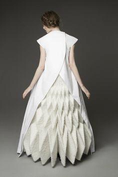 Super origami fashion fabric manipulation white dress ideas fashion show Paper Fashion, Origami Fashion, 3d Fashion, Fashion Fabric, Fashion Details, Couture Fashion, High Fashion, Ideias Fashion, Fashion Show