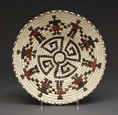 Coiled Basket by Marian Cruz (Tohono O'odham) Crochet Decoration, Basket Decoration, Basket Weaving Patterns, Linen Baskets, Native American Baskets, Indian Baskets, Pine Needle Baskets, Tapestry Crochet, Weaving Art