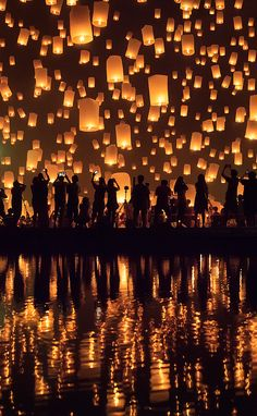 Lantern launch at the Yi Peng Festival in Chiang Mai, Thailand - Photography by © Floating Lanterns, Sky Lanterns, Cute Wallpapers, Wallpaper Backgrounds, Creative Photography, Art Photography, Chiang Mai, Night Skies, Beautiful World