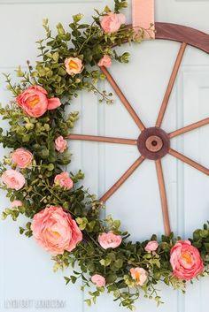 Spring Farmhouse Style Wagon Wheel Wreath Wagon Wheel Decor, Wagon Wheel Garden, Wreath Crafts, Diy Wreath, Door Wreaths, Diy Crafts, Decor Crafts, Diy Home Decor, Wreath Ideas