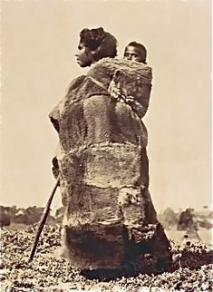 Australian aboriginal woman and child in possum skin cloak, Victoria Late nineteenth century Indigenous native people Aboriginal History, Aboriginal Culture, Aboriginal People, Aboriginal Art, Australian People, Australian Art, Antique Photos, Old Photos, Australian Aboriginals