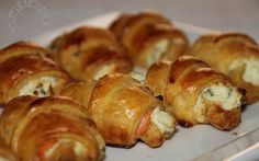 """750g vous propose la recette """"Mini croissants au saumon fumé, philadelphia et ciboulette"""" publiée par petitedc."""