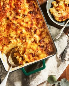 It features four types of cheese and a buttery breadcrumb topping. Mac Cheese Recipes, Pasta Recipes, New Recipes, Dinner Recipes, Cooking Recipes, Favorite Recipes, Recipies, Fall Recipes, Creamy Mac And Cheese