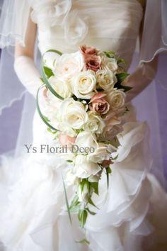 5月に八芳園さんへお届けしましたキャスケードブーケです。新婦さんよりお写真をいただきましたのでご紹介いたします。白~アイボリーのバラを主体に、ベージュ色の... Whimsical Wedding Flowers, White Wedding Flowers, Green Centerpieces, Marriage Dress, Flower Bowl, Bride Bouquets, Flower Girl Dresses, Weddings, Bridal