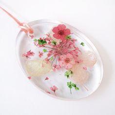 Pendentif Lily-Rose ovale en résine fleurie