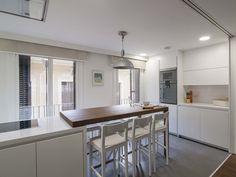 Una cocina moderna conectada con el salón http://patriciaalberca.blogspot.com.es/