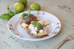 Uuniperunat kasvistäytteillä. // Jacket potatoes with two vegetarian fillings.