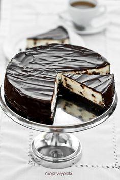 Sernik z drobinkami czekolady na spodzie brownies