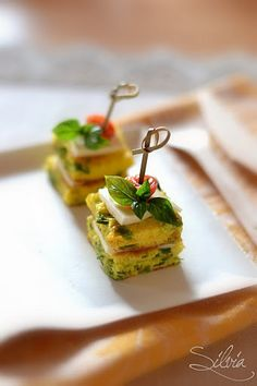 Finger food, make like mini omlette squares for brunch Party Finger Foods, Finger Food Appetizers, Appetizers For Party, Appetizer Recipes, Mini Foods, Appetisers, High Tea, Creative Food, Food Presentation