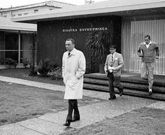 In a rare Southern California rain shower, Frank Sinatra and associates leave the offices of Frank Sinatra Enterprises, 1965 Golden Age Of Hollywood, Old Hollywood, Franck Sinatra, Rosemary Clooney, Legendary Singers, Classic Portraits, Frank Zappa, Dean Martin, Rare Photos