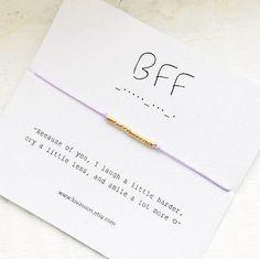 BFF - pulsera de código Morse ✨ Debido a usted reír un poco más difícil, llorar un poco menos y sonreír mucho más Una pulsera única y minimalista con un mensaje oculto y un  inspiracional La pulsera se hace con cuerda de nylon premium y su elección de plata 14k chapado en oro perlas.