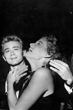 James Dean y Ursula Andress