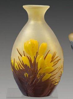 Émile GALLÉ (1846-1904), Vase balustre à panse aplatie et à col évasé. Epreuve en verre soufflé-moulé multicouche marron et jaune brillants sur fond jaune. Décor de crocus en camée dégagé à l'acide. Signé.