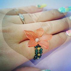 スワロフスキービーズのリングに大きな花♡インパクト♡大...♪*゚●リングのサイズは希望に応じて、お作り致します(*˙︶˙*)☆*●花の直径3cm弱●スワロフ... ハンドメイド、手作り、手仕事品の通販・販売・購入ならCreema。