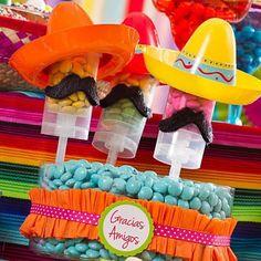 A decoração de festa mexicana é alegre, divertida e muito colorida. Veja ideias e fotos inspiradoras para explorar ao máximo esse tema.