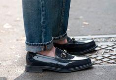 Penny Loafers. Son los zapatos del momento, los verás este año y el siguiente en todas los escaparates masculinos. Ya sea en su modelo clásico o su versión moderna con decoraciones, es necesario un par de este modelo en tu guardarropa.