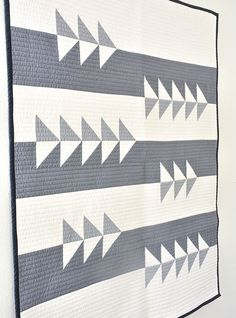 Initial K Studio Fly Bly Quilt. Looks like flying geese, but actually HSTs. Neutral Quilt, Grey Quilt, Flying Geese Quilt, Two Color Quilts, Modern Quilt Patterns, Modern Quilting Designs, Beginner Quilt Patterns, Patchwork Patterns, Quilt Designs