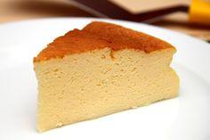 Habkönnyű japán sajttorta recept: A klasszikus sajttorta japán verziója. Magas, és hab könnyű, remegős! Szédületesen finom! Ezt a receptet el kell készíteni! ;) Hungarian Desserts, Hungarian Recipes, Hungarian Food, Baby Food Recipes, Cooking Recipes, No Bake Cake, Finger Foods, Cornbread, Vanilla Cake