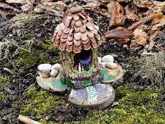 Prepara esta preciosa casita para un rincón de tu jardín. Podrán usarla pajaritos, ranas y todo aquel que así lo desee. Es una actividad para jhacer con nuestro peques.