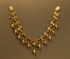 The Ancient World — Necklace, Late century BCE, Russia (Now. Victorian Jewelry, Antique Jewelry, Gold Jewelry, Vintage Jewelry, Collier Antique, World Necklace, Ancient Jewelry, Schmuck Design, Jewelry Patterns