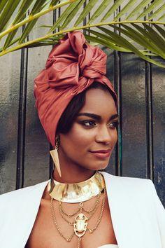 <p><strong>Turban flexible facile à enfiler et à attacher en tissus légèrement satiné.</strong></p><p> Le tissus de ce turban est magique ! Sa couleur mets en valeur...
