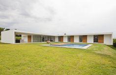 Casa Salto house by AMZ Arquitetos School Floor Plan, Contemporary Architecture, Architecture Design, U Shaped Houses, Mcm House, Minimal Home, Mediterranean Homes, New Home Designs, Modern House Plans