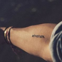 What does wanderlust tattoo mean? We have wanderlust tattoo ideas, designs, symbolism and we explain the meaning behind the tattoo. Diskrete Tattoos, Et Tattoo, Mini Tattoos, Cute Tattoos, Unique Tattoos, Small Tattoos, Tatoos, Tattoo Quotes, Faith Tattoos