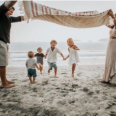 Is there anything better than the beach in the summer? I really don't think there is. What a sweet family photo by This… Family Photos What To Wear, Family Pictures, Couple Photos, Photo Blog, Family Outfits, Livingston, Little Ones, Outfit Ideas, Mountain