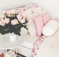 Cama e cabeceira em floral rosa