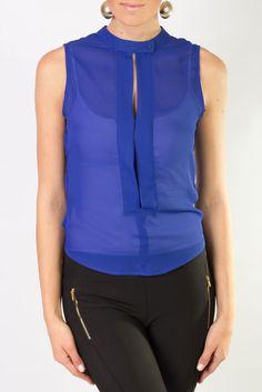Blusa azul klein, sin mangas de chiffon y perfecta para lucir radiante en la oficina.