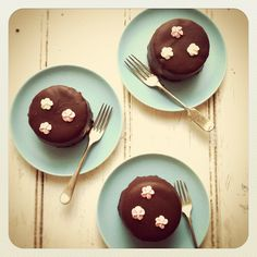 chocolate mini cakes from mowie kay (mowielicious.com)