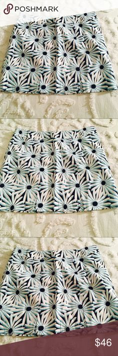 Vineyard Vines Floral Print Skirt Super cute navy skirt with large white and cyan Floral print - kick pleats in front. Excellent condition Vineyard Vines Skirts
