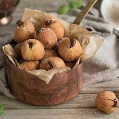 Buñuelos de naranja rellenos de chocolate Desert Recipes, Food Cravings, Let Them Eat Cake, Sweet Recipes, Sweet Treats, Food And Drink, Favorite Recipes, Yummy Food, Snacks