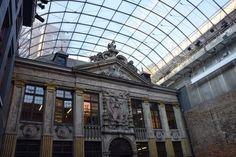Un hôtel logé dans une ancienne maison de rendez-vous, une brasserie où l'on déguste des bières étonnantes, une boîte de nuit dans une église… découvrez toutes nos adresses insolites pour passer 24h à Bruxelles !