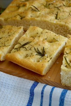 Traditional Italian Fluffy olive oil bread topped with fragrant rosemary and sea salt flakes. There really is nothing better than homemade bread. Freshly baked, it always tastes amazing. Gourmet Recipes, Bread Recipes, Cooking Recipes, Scd Recipes, Easy Recipes, Olive Oil Bread, Italian Buffet, Pasta, Light Recipes