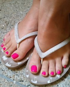 Nice flip flops selection foot toe, sexy feet и gorge Pretty Toe Nails, Pretty Toes, Nice Toes, Girls Flip Flops, Painted Toes, Foot Pics, Feet Nails, Beautiful Toes, Foot Toe