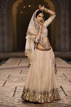 Deepika Padukone – Bajirao Mastani – Mohe rang do laal - moda Indian Bridal Fashion, Indian Wedding Outfits, Bridal Outfits, Indian Outfits, Designer Bridal Lehenga, Designer Sarees, Lehenga Designs, Indian Attire, Indian Wear