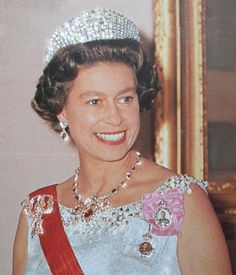 Her Majesty the glamorous Queen in the 70's #queen #queenelizabeth #style #windsor #history #england #royalty #royalfamily #uk #imperial #jewelry #look #london #crown #britishroyals #britishmonarchy #britishroyalfamily #majesty #monarchy #reina #tiara #realeza #monarquia #regina #londres #inglaterra #happyandglorious #godsavethequeen #elizabeth Young Queen Elizabeth, Queen Mary, British Crown Jewels, Royal Jewels, Royal Tiaras, Tiaras And Crowns, Elisabeth Ii, Isabel Ii, Casa Real