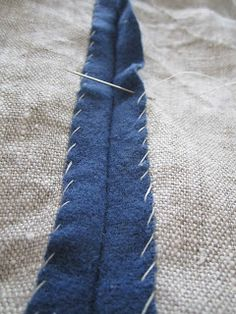 Lösningar: Kampfrau - wool lined with linen technique--good idea for finishing edges Viking Clothing, Diy Clothing, Clothing Patterns, Sewing Patterns, Viking Garb, Viking Dress, Medieval Dress, Sewing Hacks, Sewing Crafts