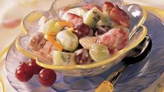 Sour Cream-Honey Fruit Salad Cool off quick this summer with a delicious fruit salad! Fresh oranges, bananas, strawberries and grapes combine with creamy dressing for one cool, refreshing treat. Fruit Salad With Pudding, Fruit Salad With Yogurt, Creamy Fruit Salads, Summer Salads With Fruit, Fresh Fruit Salad, Fruit Salad Recipes, Summer Snacks, Fruit Dips, Summer Food