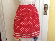 Delantal medio precioso delantal de Demi es rojo y con topos impresión con ajuste del cordón del crochet delicado. En buen estado vintage--muestra pérdida de color, algunos puntos de daño a trim y pequeñas manchas. Aún llena de encanto, aunque