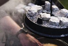 Die richtigen Kohlen für den Dutch Oven.  Foto (c) @Sabrina De / purpleavocado.de