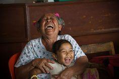 La grand mère et sa petite fille dans un warung de Padangbai. Bali. Indonésie
