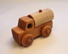 Camiones de superficie plana de madera artesanal por PurcellToys