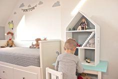 Domek dla lalek, z szarym tyłem. Pozostałe elementy malowane na biało.  Konstrukcja , schody, okna, ramki okien wykonane ręcznie.