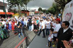 El gobernador Javier Duarte de Ochoa saludando a los adultos mayores a su paso por la VI Caminata de Adultos Mayores